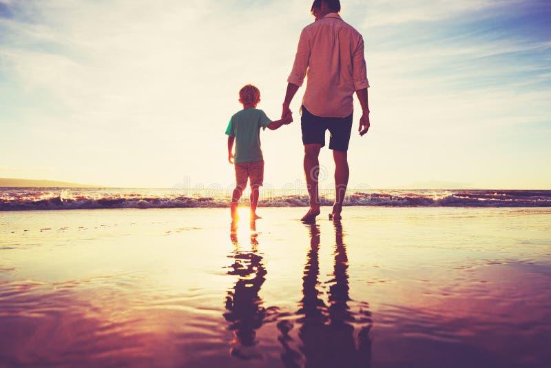 走的父亲和的儿子结合在一起使手 免版税库存图片