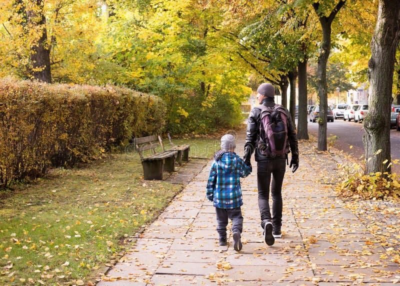 走的父亲和的孩子街道 图库摄影