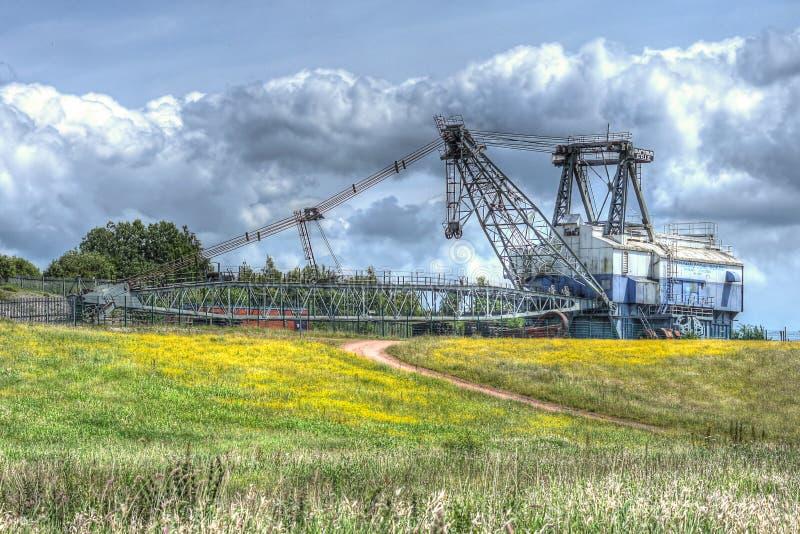 走的牵引索联合矿业挖掘机 免版税库存照片
