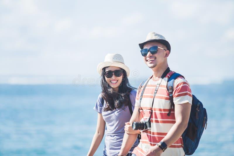 走的背包徒步旅行者结合佩带的夏天帽子和太阳镜  免版税图库摄影