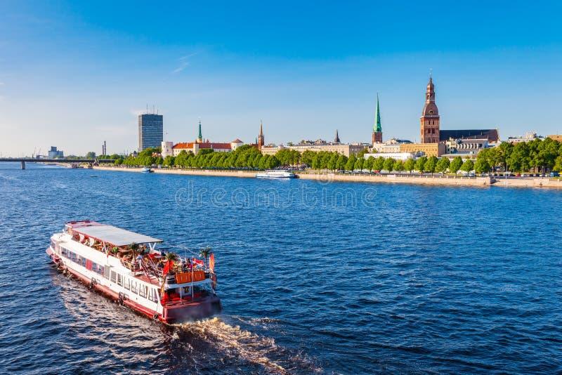 走的船漂浮河道加瓦河,里加,爱沙尼亚 库存图片