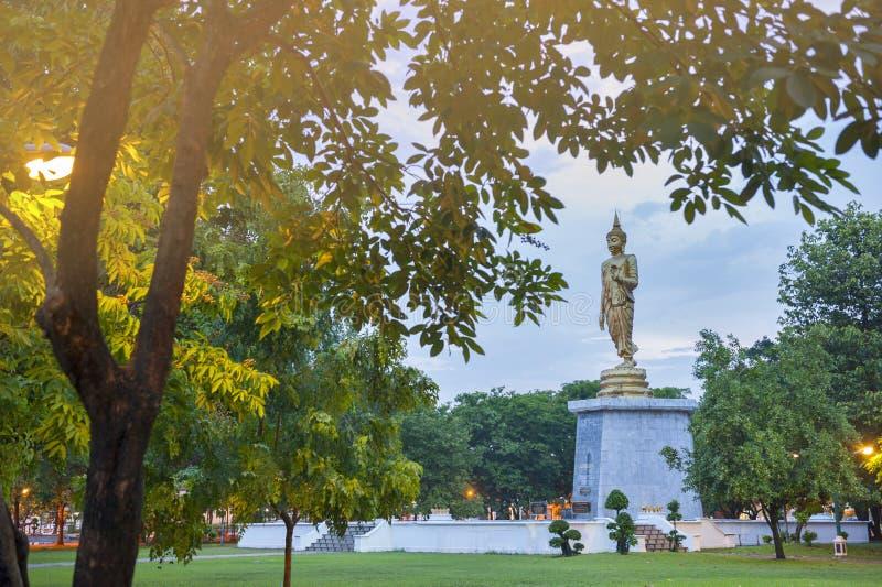 走的菩萨雕象被奉祀在桶盖Phalanchai湖,黎逸府,东北泰国 免版税库存照片