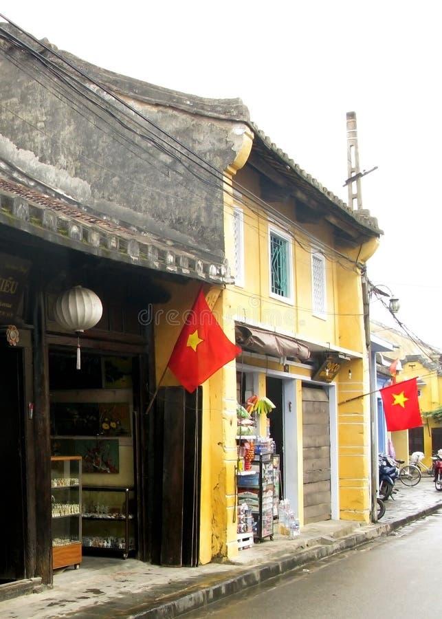 走的街道的老黄色房子 图库摄影