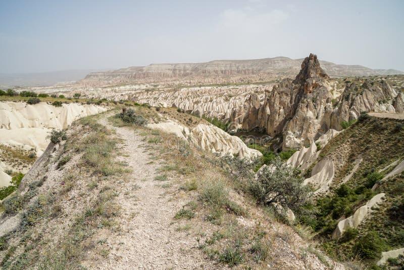 走的足迹通过美丽的富启示性的风景全景石山使红色谷环境美化看法有天空背景 库存照片