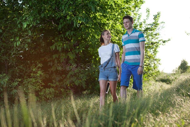 走的年轻夫妇 免版税库存图片