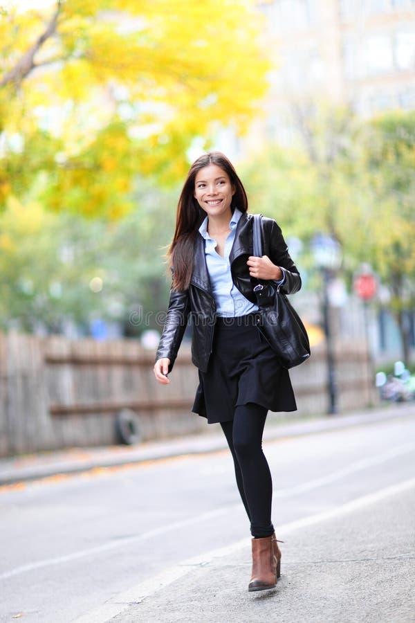 走的年轻都市职业妇女在城市 库存照片