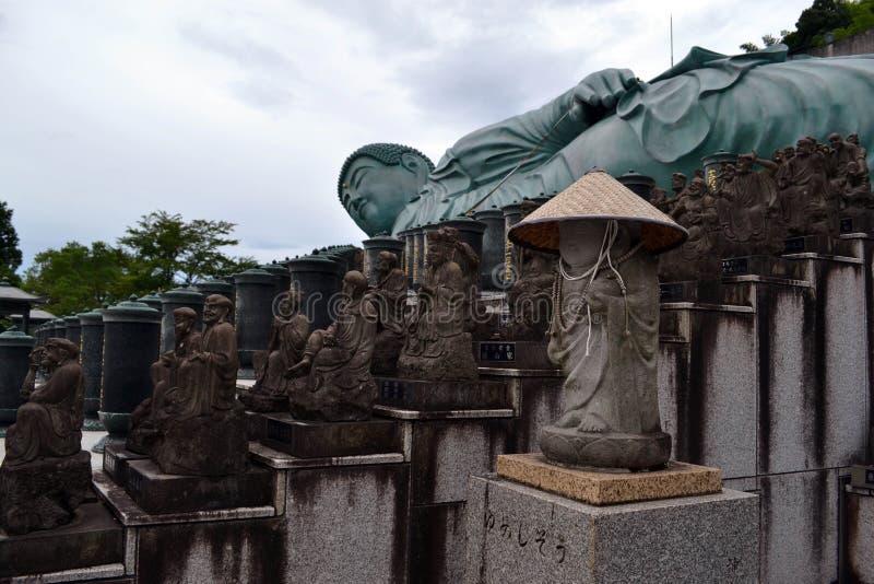 走离大菩萨雕象较近在Nanzoin寺庙,筱栗 免版税图库摄影