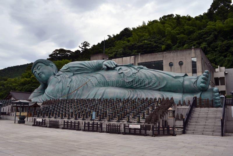 走离大菩萨雕象较近在Nanzoin寺庙,筱栗 图库摄影