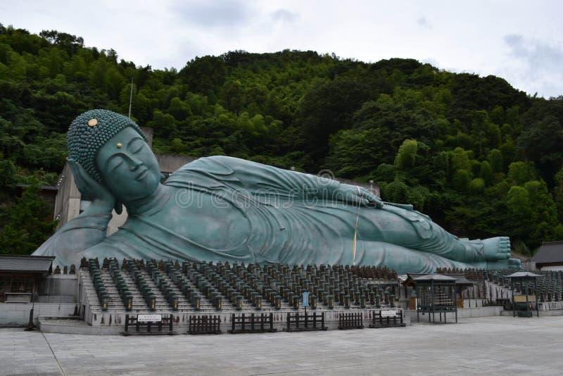 走离大菩萨雕象较近在Nanzoin寺庙,筱栗 库存图片