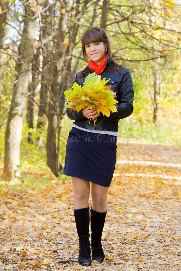 走秋天的女孩户外 图库摄影