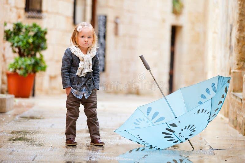 走读女生多雨的一点 免版税库存照片