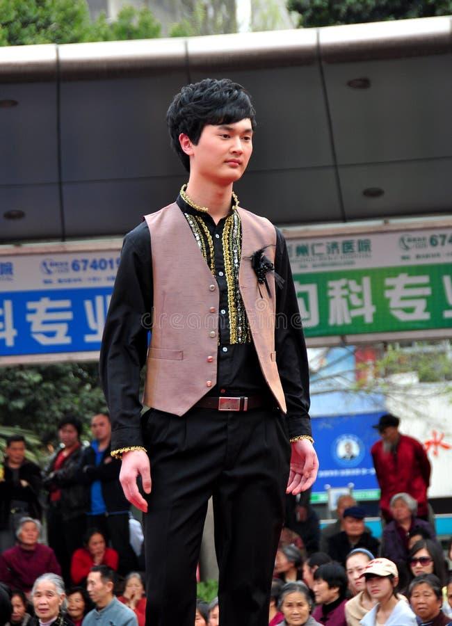 彭州,中国: 在跑道的男性模型 图库摄影