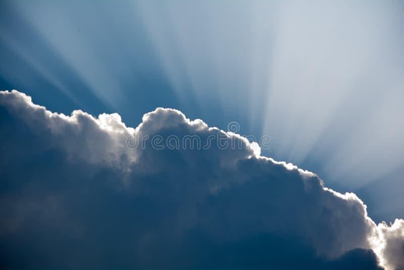 走路通过一朵黑暗的云彩的太阳光芒 图库摄影