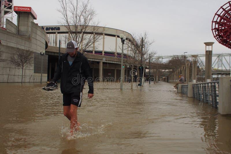 走通过俄亥俄河洪水的人2018年 免版税库存照片