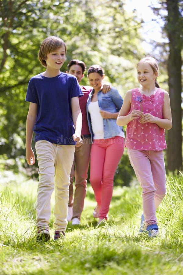 走通过夏天乡下的家庭 免版税库存图片