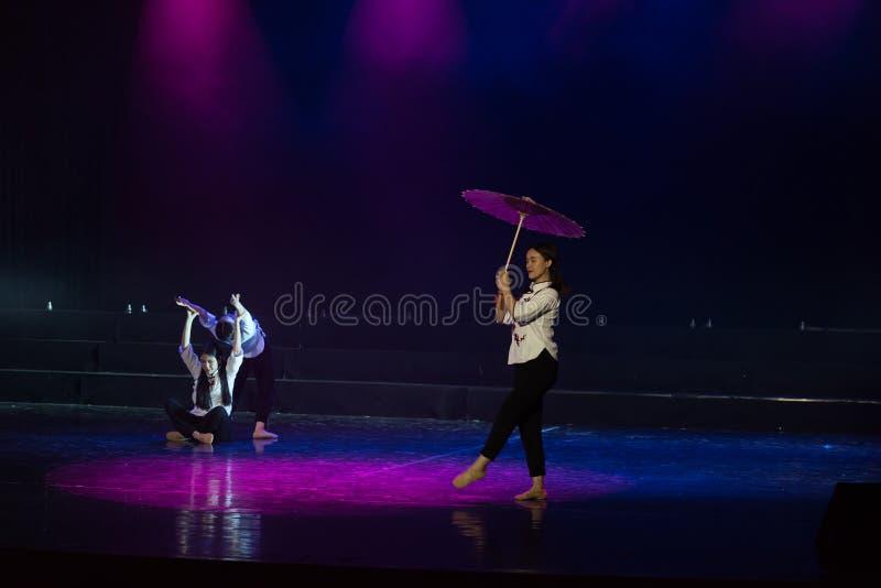 走通过多雨车道1丁香舞蹈戏曲 库存图片