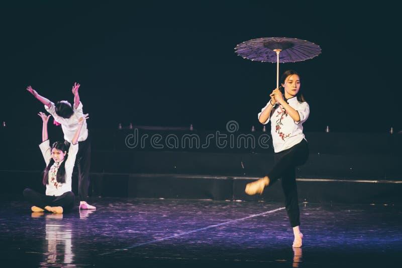 走通过多雨车道3丁香舞蹈戏曲 库存照片