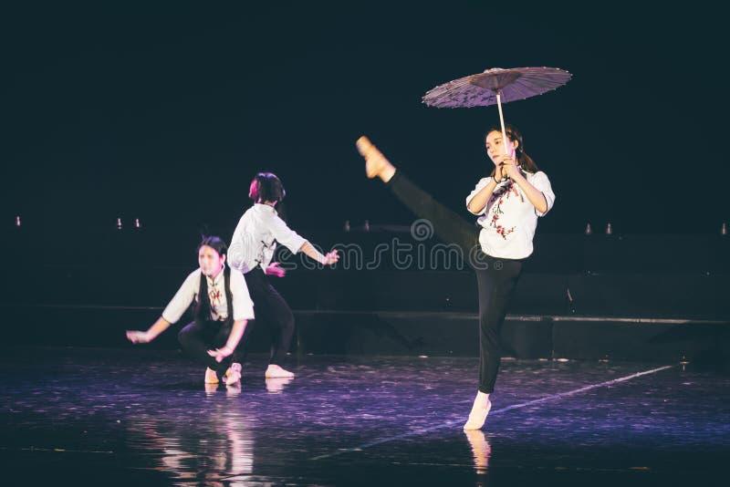 走通过多雨车道4丁香舞蹈戏曲 库存图片