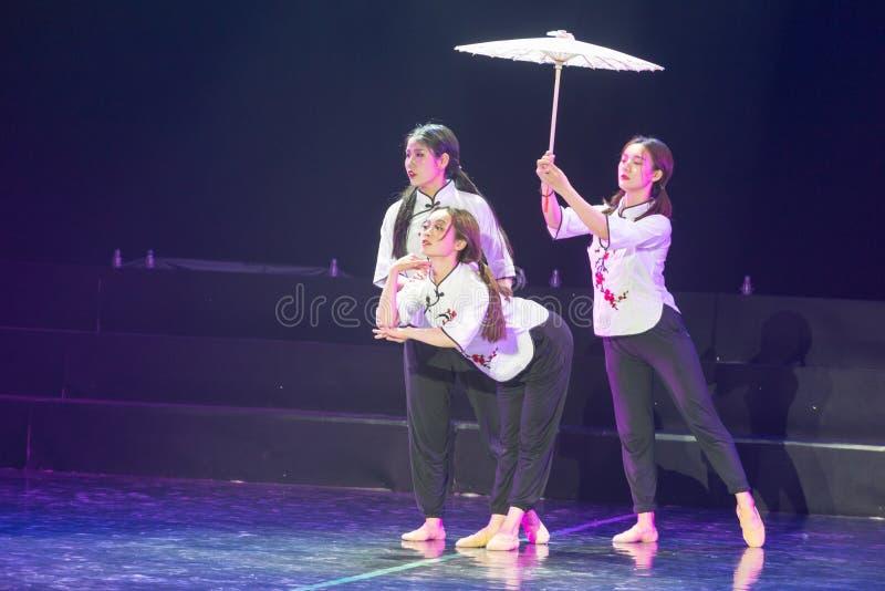 走通过多雨车道7丁香舞蹈戏曲 免版税库存照片