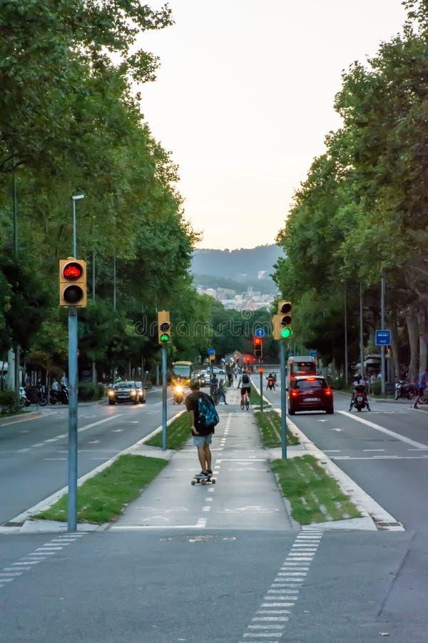 走通过巴塞罗那街道的人们  免版税库存图片