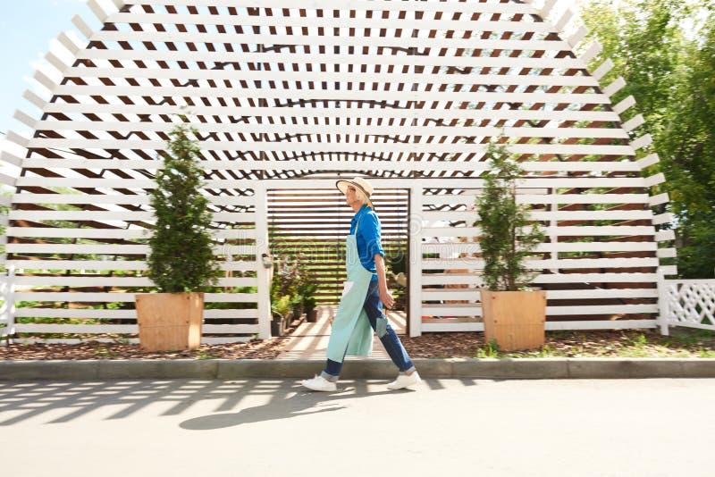 走通过果树园的花匠 免版税图库摄影