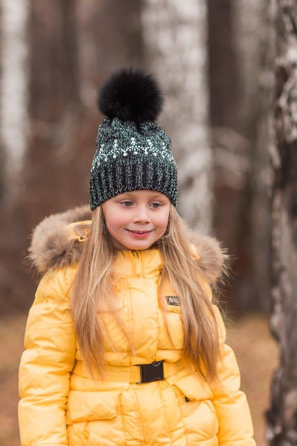 走通过森林的女孩的画象春天下午 免版税库存照片