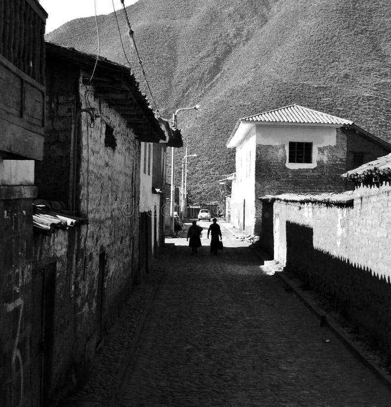 走通过老街道的两个图 免版税库存图片