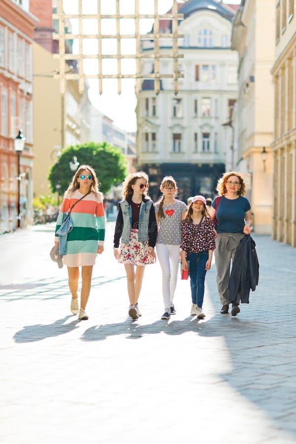 走通过街市的小组女孩-妇女绊倒 免版税库存照片