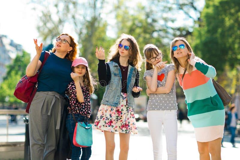 走通过街市的小组女孩-指向interestin 免版税库存图片