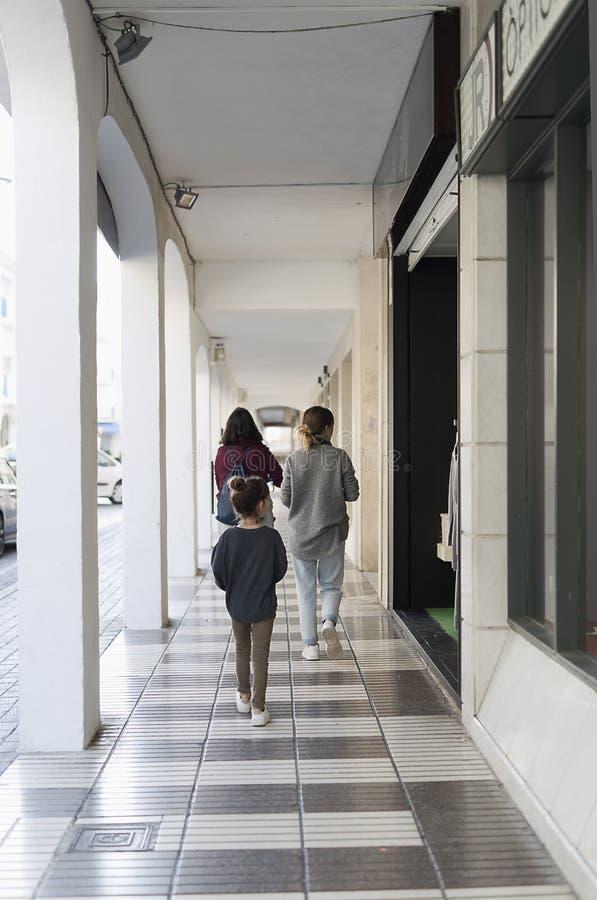 走通过阿尔特阿街道的家庭  免版税库存图片