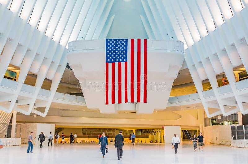 走通过Occulus的人们在世界贸易中心 免版税库存照片