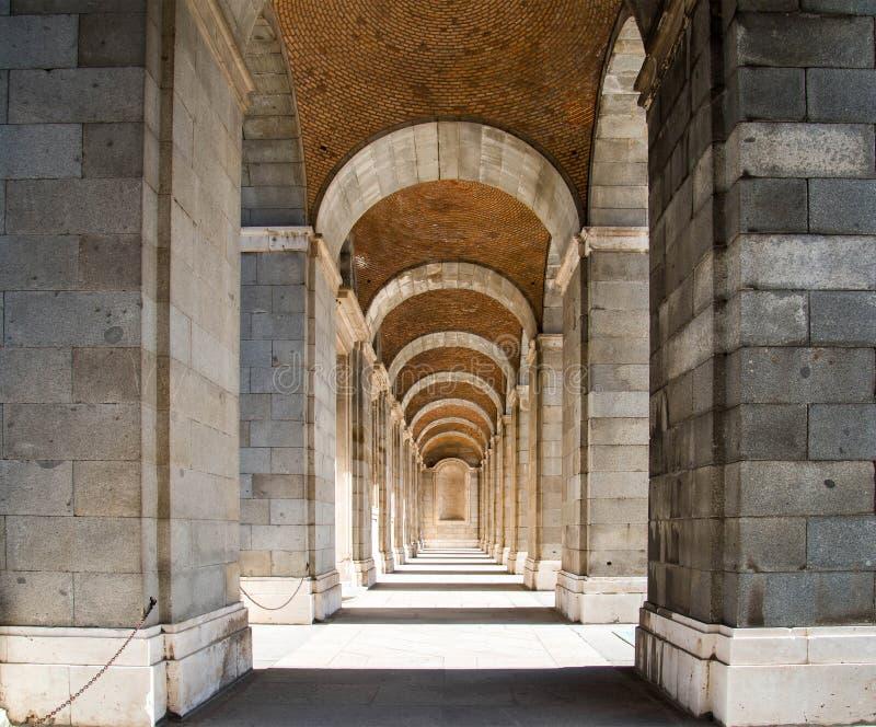 走道在王宫,马德里,西班牙 免版税库存图片