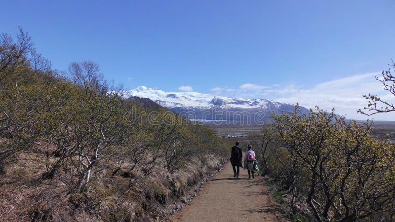 走道对山观点和谷的恋人与年轻叶子 库存图片