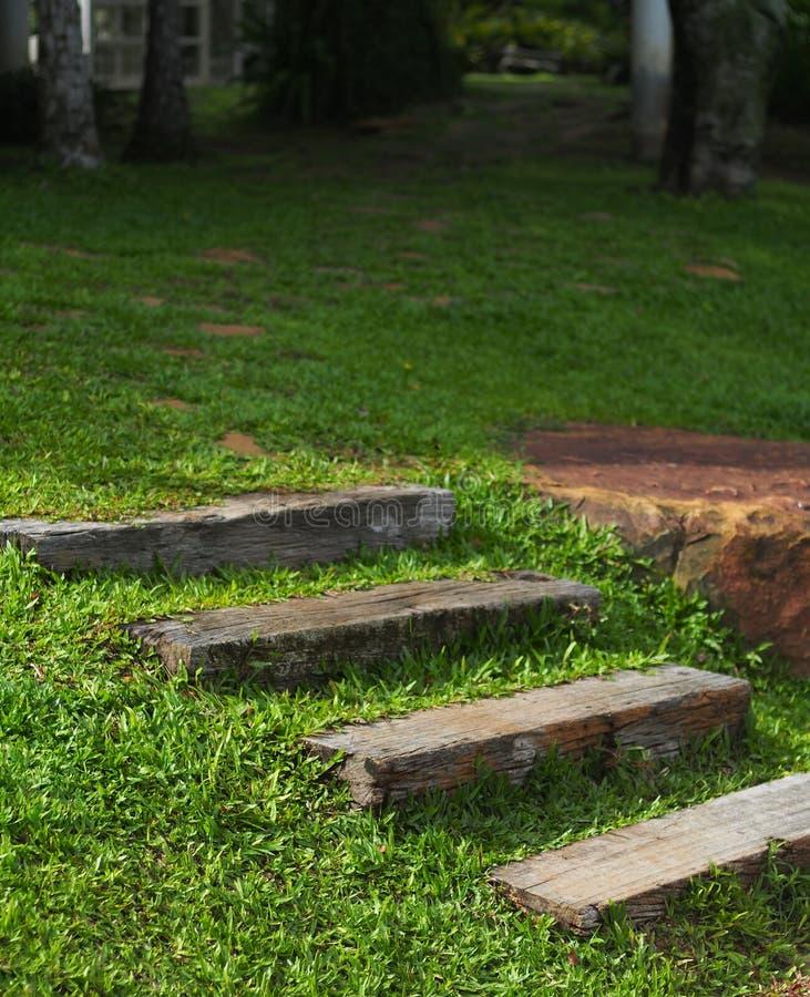 走道小径由排列的灰色长的具体石平板制成 免版税库存照片
