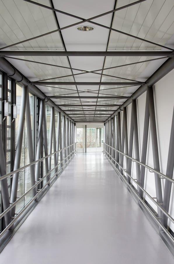 走廊在一家现代医院 库存照片