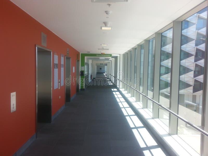 走廊在现代城市医院 免版税库存图片