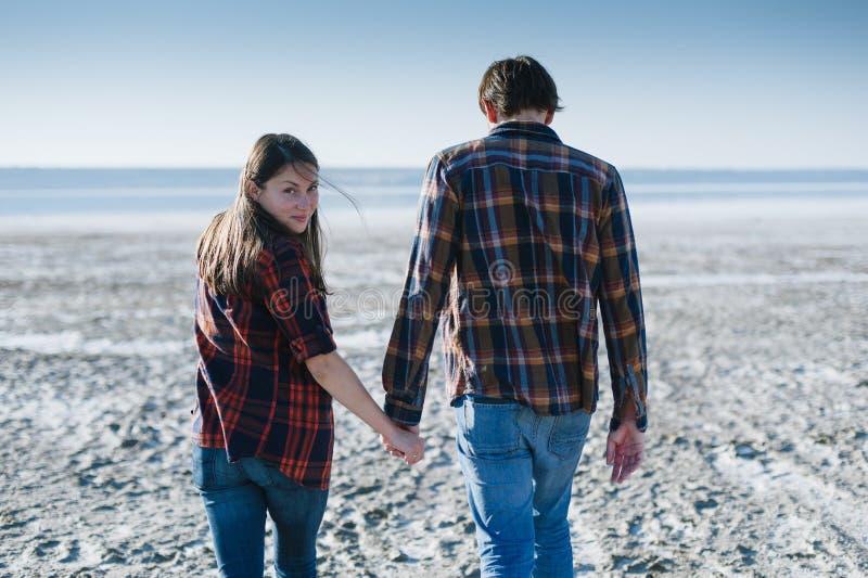走年轻的夫妇握手 免版税图库摄影
