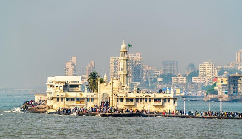 赴麦加朝圣过的伊斯兰教徒阿里Dargah,一个著名坟茔和一个清真寺在孟买,印度 免版税库存图片