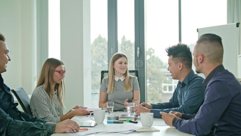 起动的高Fives成员在一个现代办公室 图库摄影