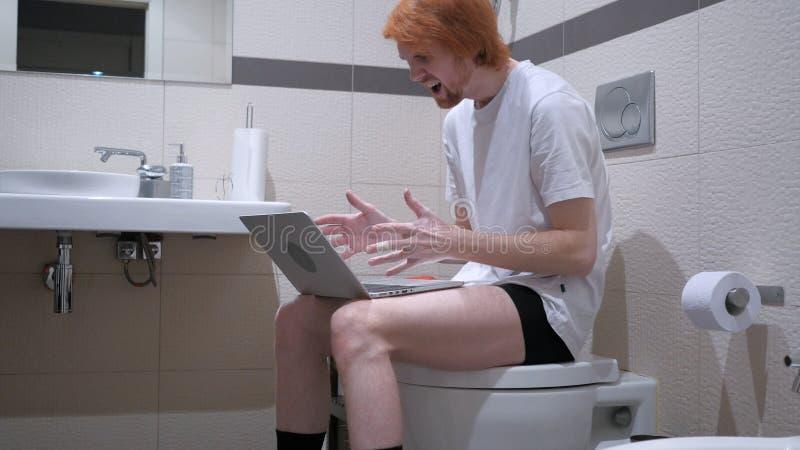 起反应对失败,当研究在洗手间时的膝上型计算机 库存照片