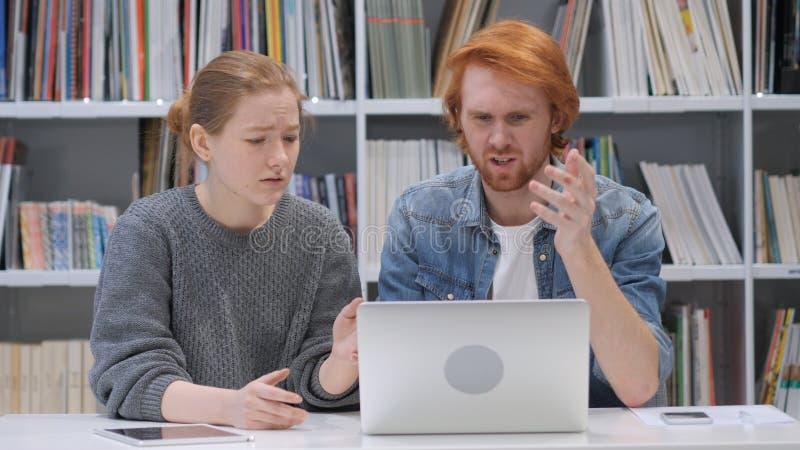 起反应对项目的失败的设计师队在办公室 库存照片