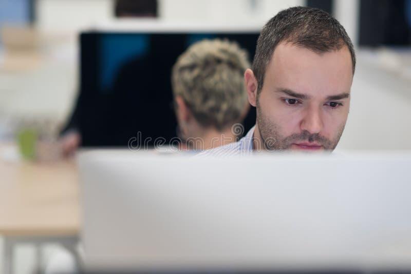 起始的事务,研究台式计算机的软件开发商 免版税库存图片