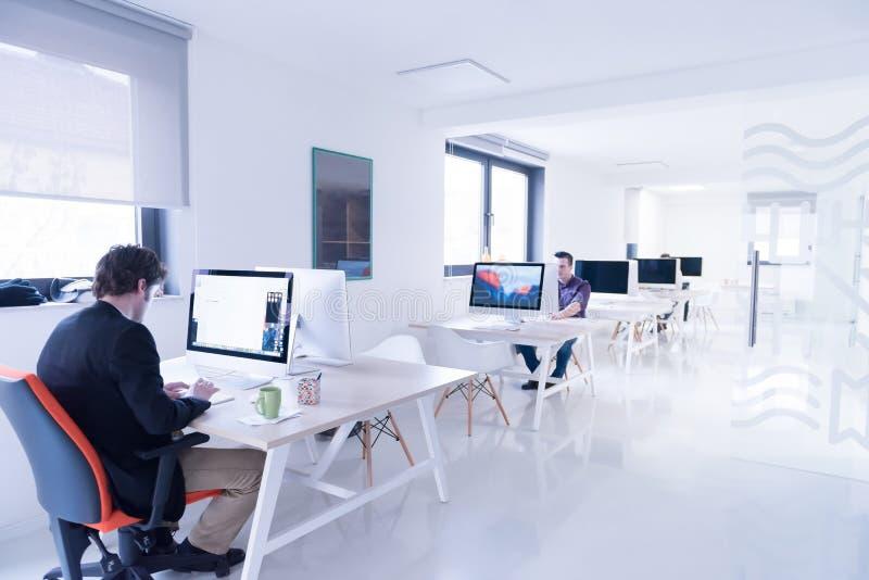 起始的事务,研究计算机的软件开发商 免版税库存图片