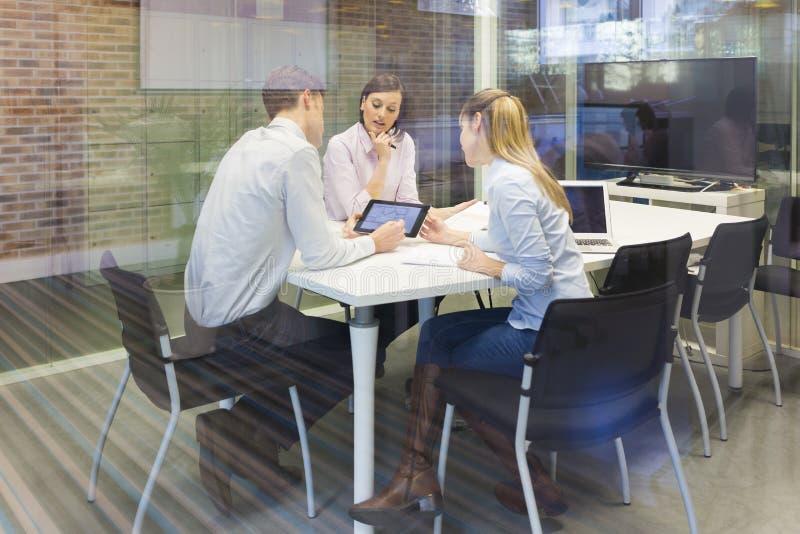 起始的企业队在会议,在comp的工作 库存照片