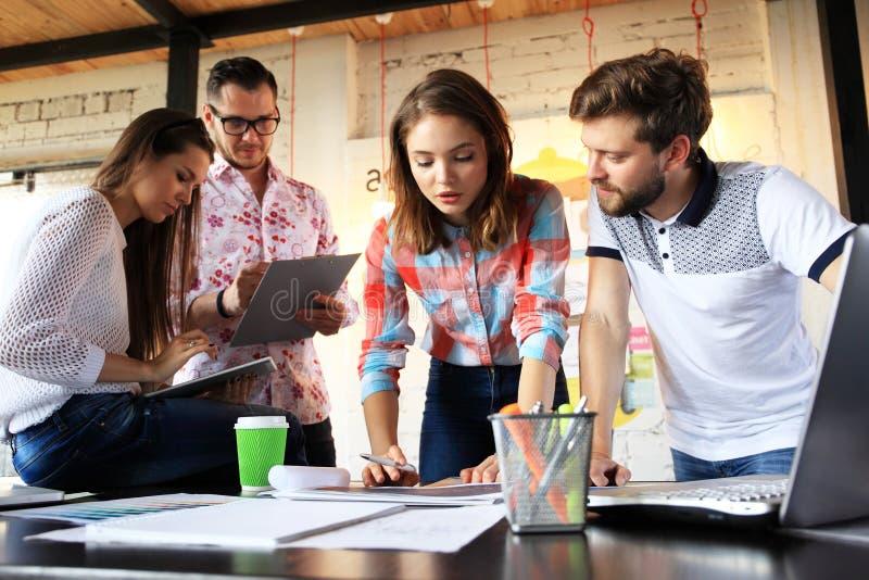 起始的变化配合激发灵感会议概念 企业分享世界经济报告文件的队工友 免版税库存照片