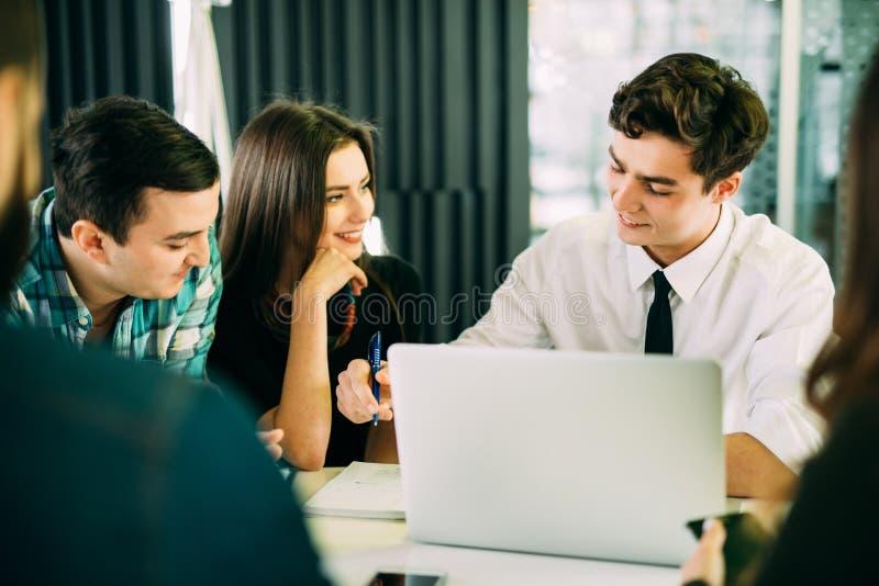 起始的变化配合激发灵感会议概念 企业在膝上型计算机的队工友 人运作的plann 免版税库存照片