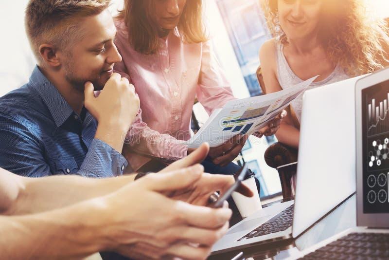 起始的变化配合激发灵感会议概念 企业队工友全球性分享的经济报告文件 免版税库存照片