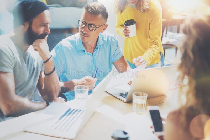 起始的变化配合激发灵感会议概念 企业队工友全球性分享的经济膝上型计算机 人们 免版税库存图片