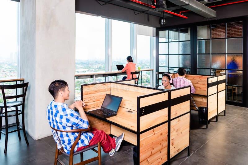 起始的商人在coworking的办公室 库存照片