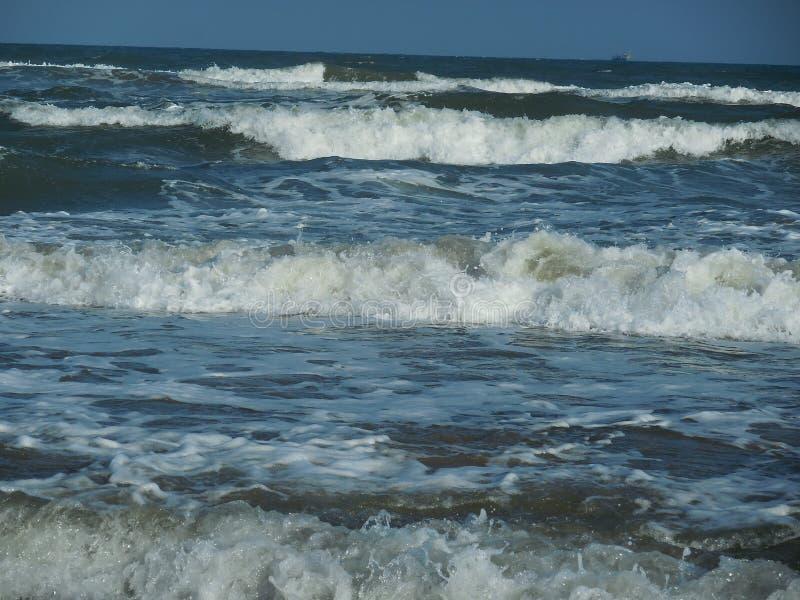 起泡沫的海波浪层数在海洋关闭  免版税图库摄影